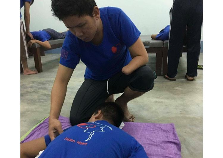 ミャンマー 片手のマッサージ師 視覚障がい者自立支援