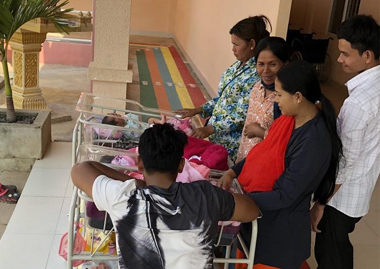 1900gの小さな赤ちゃんとカンボジア助産師たち