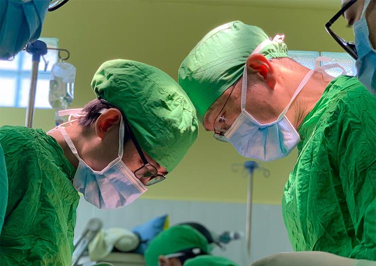 7月は122件の手術が行われました。 - カンボジア ジャパンハートこども医療センター