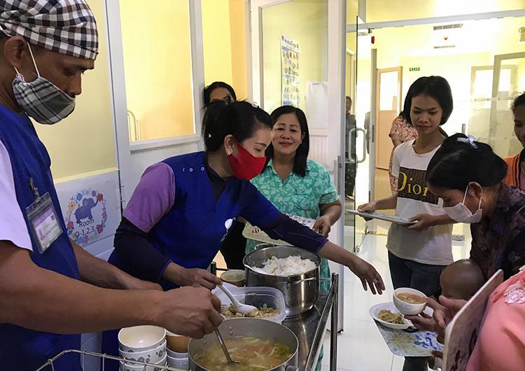 海外大学院との連携:栄養啓発で待ち時間を有効活用。